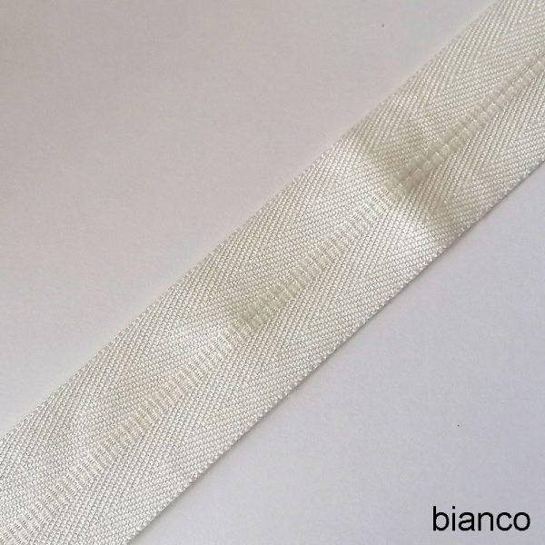 bordo tappeto bianco